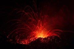 Det Strombolian utbrottet från den Stromboli vulkan med lava skuggar explosion Arkivfoto