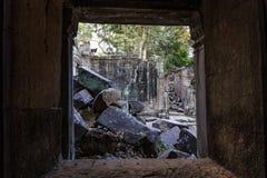 Det stupade murverket i tempel för Ta Prohm Arkivbilder