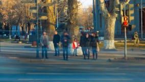 Det suddiga folket korsar gatan, suddiga bilar Video för Tid schackningsperiod lager videofilmer