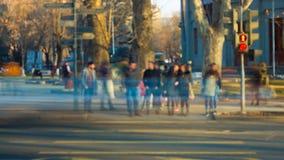 Det suddiga folket korsar gatan Video för Tid schackningsperiod stock video