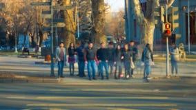Det suddiga folket korsar gatan Video för Tid schackningsperiod lager videofilmer