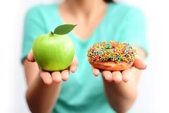 Det sunda livsstilbegreppet, väljer sunda frukter och inte bearbetade sötsaker Arkivfoto