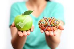 Det sunda livsstilbegreppet, väljer sunda frukter och inte bearbetade sötsaker Fotografering för Bildbyråer