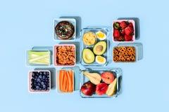 Det sunda matbegreppet, lunchaskar fyllde med nya mellanmål arkivbild