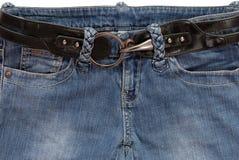 Det svarta bältet är i jeans Royaltyfri Bild