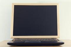 Det svarta brädet vänder av bärbar datorskärmen abstrakt backgr för tom skärm Arkivfoto