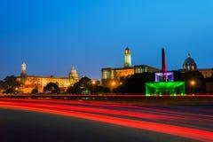 det svarta gemensamma delhi india manfunktionsläget rider yellow för tuk för trans Upplysta Rashtrapati Bhavan en parlamentbyggna Royaltyfria Bilder