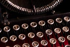 Det svarta tangentbordet är tappning av en mekanisk skrivmaskinscloseup för ryss Arkivbilder