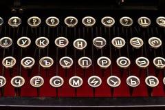 Det svarta tangentbordet är tappning av en mekanisk skrivmaskinscloseup för ryss Arkivfoto