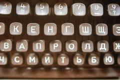 Det svarta tangentbordet är tappning av en mekanisk skrivmaskinscloseup för ryss Royaltyfri Fotografi