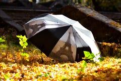 Det svartvita paraplyet arkivfoto