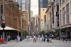 Det Sydney folket i stad korsade gatan under efter funktionsduglig timme i affärsområde royaltyfri bild
