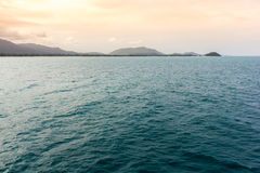 Det tända havet vinkar under solnedgång Royaltyfria Foton