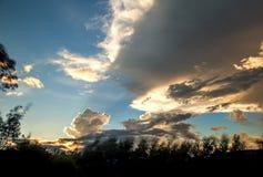 Det t?ta molnet gjuter en enorm skugga p? himlen arkivbilder