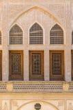 Det Tabatabayi huset är ett historiskt hus i Kashan, Iran Huset byggdes i 1857 av arkitekten Ustad Ali Maryam, för frunollan Arkivbild