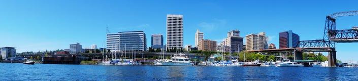 Det Tacoma centra bevattnar beskådar med affärsbyggnader Arkivfoto