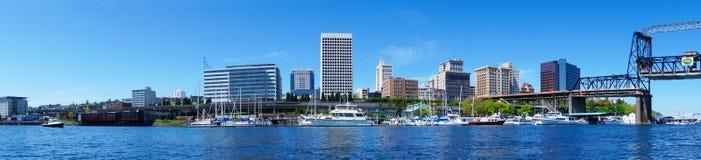 Det Tacoma centra bevattnar beskådar med affärsbyggnader Royaltyfria Foton