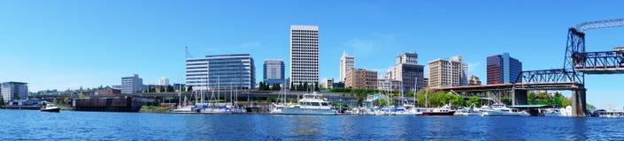 Det Tacoma centra bevattnar beskådar med affärsbyggnader Royaltyfri Foto