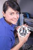 Teknikeren i ett tand- labbarbete på en borrande eller malning bearbetar med maskin Arkivbild