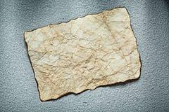 Det tappning skrynkliga arket av papper på grå färger ytbehandlar Royaltyfri Bild