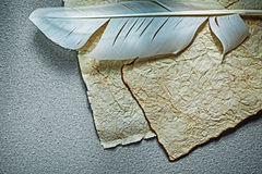Det tappning skrynkliga pappers- arket putsar på grå bakgrund Arkivfoton