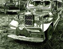 Det tappningbilall-terräng medlet, konverterade in i en liten buss och målat i ljusa gladlynta färger royaltyfri fotografi