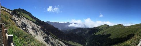 Det Taroko berget parkerar blå himmel fotografering för bildbyråer
