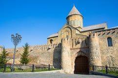 Det 11th århundradet för Svetitskhoveli domkyrka i Mtskheta i sommardag Mtskheta en av de äldsta städerna av Georgia royaltyfria foton