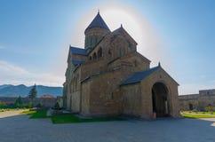 Det 11th århundradet för Svetitskhoveli domkyrka i Mtskheta i sommardag Mtskheta en av de äldsta städerna av Georgia royaltyfri fotografi