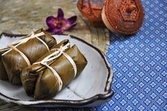 Det thail?ndska efterr?ttbananbladet slogg in klibbiga ris med bananen arkivfoto