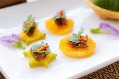 Det thailändska efterrättnamnet är 'MOR HOR 'på maträtten, och de är på tabellen royaltyfri fotografi