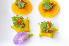 Det thailändska efterrättnamnet är MOR HOR på maträtten, och de är på tabellen fotografering för bildbyråer
