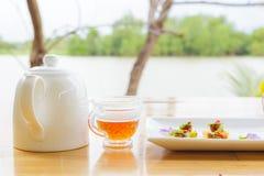 Det thailändska efterrättnamnet är MOR HOR på maträtten, och de är på tabellen arkivfoton