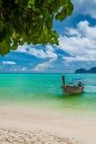 Det thailändska fartyget på kusten av ön Royaltyfri Bild