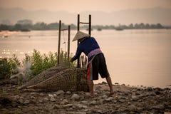 Det thailändska folket är fiskaren i Mekong River Thailand - Laos är lif Royaltyfria Bilder