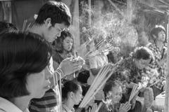 Det thailändska folket ber Fotografering för Bildbyråer
