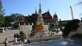 Det thailändska folket besöker och ber Luang Phra Sai på Wat Pho Chai i Nong Khai, Thailand arkivfilmer