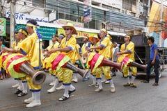 Det thailändska folket deltar ståtar i tusen dollar av att öppna den traditionella stearinljusprocessionfestivalen av Buddha Arkivbilder