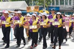 Det thailändska folket deltar ståtar i tusen dollar av att öppna den traditionella stearinljusprocessionfestivalen av Buddha Fotografering för Bildbyråer