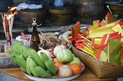 Det thailändska folket förbereder offer- erbjudande mat på tabellen för ber royaltyfri fotografi