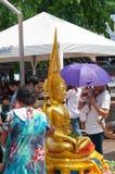 Det thailändska folket firar den Songkran festivalen Fotografering för Bildbyråer