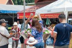 Det thailändska folket firar den Songkran festivalen Arkivbilder