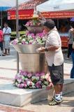 Det thailändska folket firar den Songkran festivalen Royaltyfria Bilder
