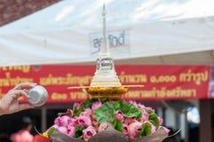 Det thailändska folket firar den Songkran festivalen Royaltyfri Foto