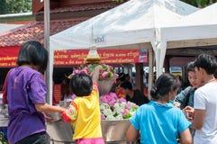 Det thailändska folket firar den Songkran festivalen Royaltyfri Fotografi