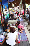Det thailändska folket går till Bangnamphung som svävar marknaden Arkivbilder