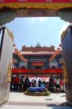 Det thailändska folket går till den kinesiska templet eller Wat Borom Raja Kanjanapisek Arkivbilder