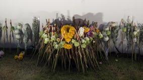 Det thailändska folket lägger blommor i hedersgåva för att göra till kung Rama IX Arkivbilder