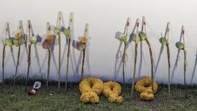 Det thailändska folket lägger blommor i hedersgåva för att göra till kung Rama IX Arkivfoton