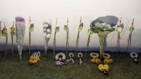 Det thailändska folket lägger blommor i hedersgåva för att göra till kung Rama IX Fotografering för Bildbyråer